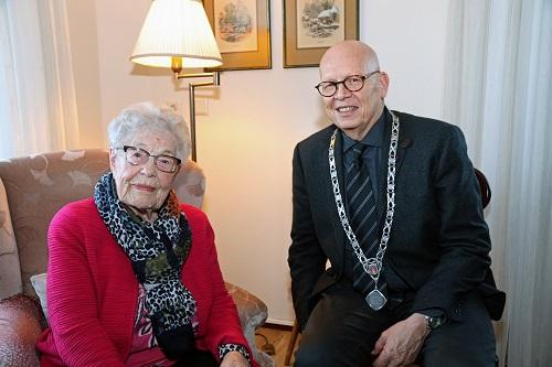 Mevrouw van den Berg-de Kreij blaast 100 kaarsjes uit