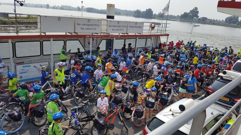 Riveer vervoert 152 Arnhemse kinderen voor fietsvakantie