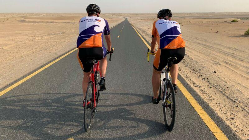 Team Van Oord oefent in woestijn voor 'Tour for Life'