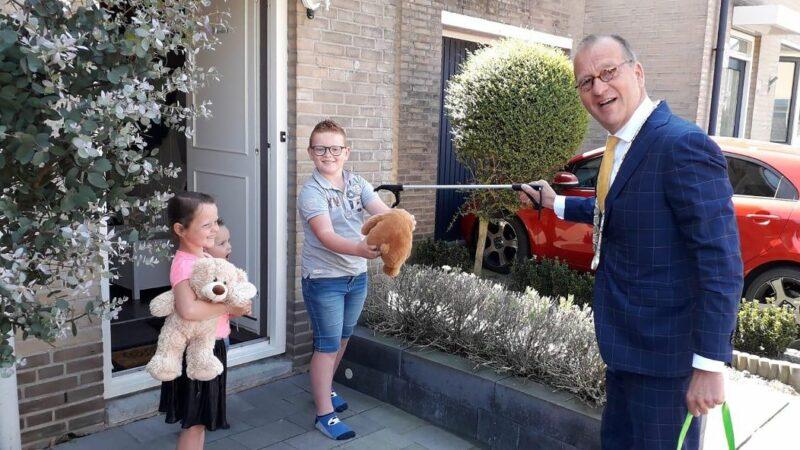 Burgemeester Segers overhandigt beren aan  hulpburgemeesters