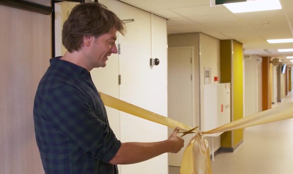Frank Dane opent Beatrix geboorte- en kindcentrum