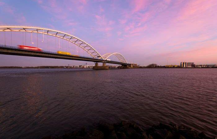 Warme dagen: Rijkswaterstaat koelt bruggen