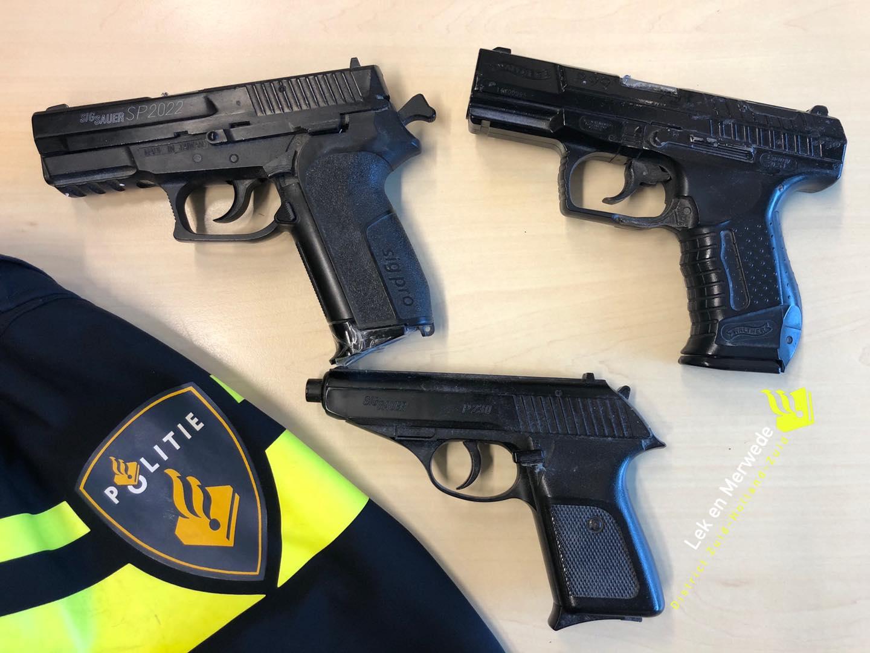 Politie vindt nep vuurwapens bij ontruiming
