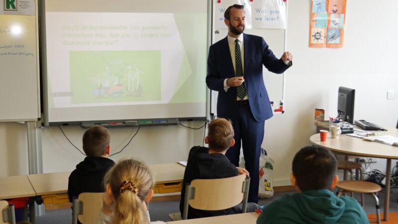 Wethouders geven gastlessen over duurzame energie op basisscholen