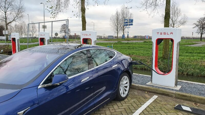 Tesla opent Superchargerstation in Meerkerk