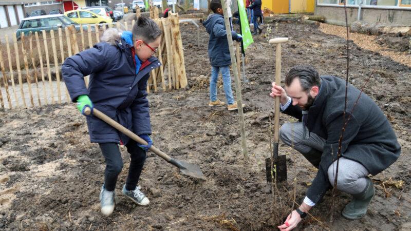 Leerlingen van CBS Samen Onderweg planten eerste Tiny Forest in Gorinchem