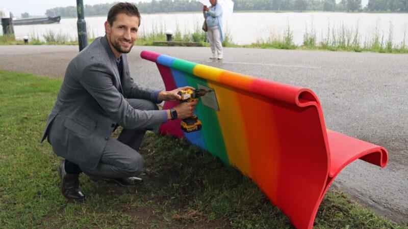 Gorinchem is regenboogpad en regenboogbankje rijker